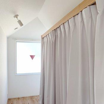 【洋室7.5帖】こんな感じでカーテンをかけることもできます◎