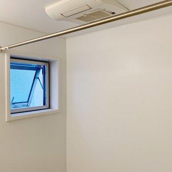 小窓つきで換気もさくっと◎浴室乾燥だってついてるんです。