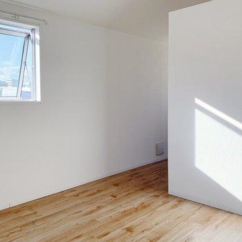 【洋室7.5帖】ベットを置いて寝室に。寝そべったら小窓から星が見えそう◯