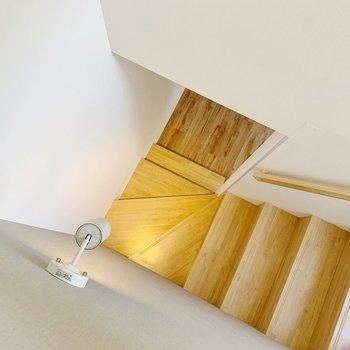 では1階へ降りて、サニタリーを見ましょう。階段のライトもかわいらしい◯