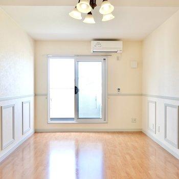 洋室は10.3帖。白い壁に明るいフローリングが柔らかな雰囲気。