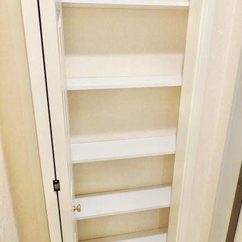 靴箱は奥行きが浅めですが、おかげでヒールなどを立て掛けて見せるように収納できます。