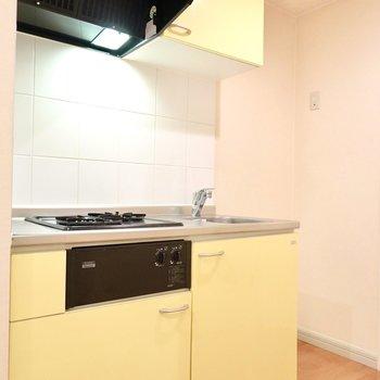キッチンはイエロー。その右側には冷蔵庫置き場。
