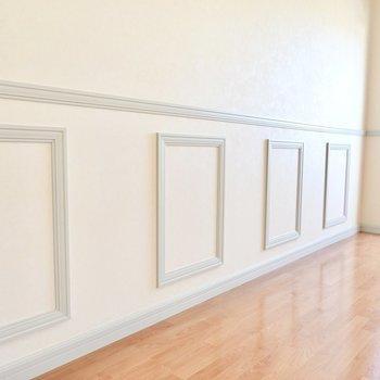 壁のモールディングがロマンチックな雰囲気を演出。