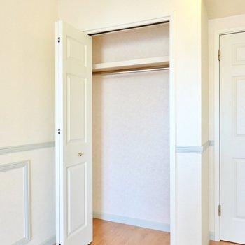 クローゼットは奥行きたっぷり。扉にもモールディングが施されています。