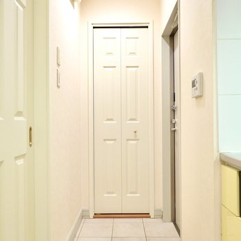 玄関はキッチンのすぐ隣に。タイルの床がエレガント。