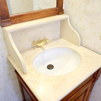 水栓の色もまた素敵で……。鏡の前に香水を並べて、素敵な時間を過ごしたいですね!