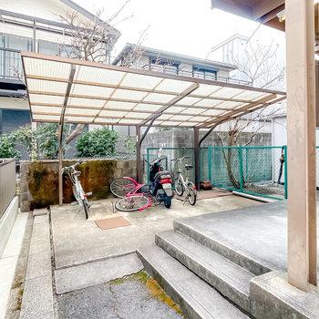 階段を降りた先には屋根付きの駐輪場が。