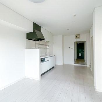 壁も床も白いので、お部屋が広く明るく、開放的に感じるんです◎