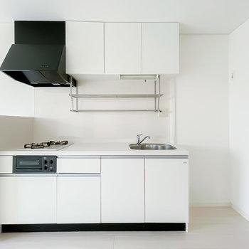 キッチンもお部屋に合わせて真っ白に。スペースが広く、料理が手際良く捗りそう!