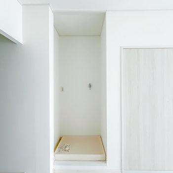 キッチンの対面には洗濯機置場があって家事をまとめてできます。カーテンで目隠しすることも◎