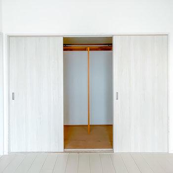 窓の対面にはクローゼットも。幅3mほどと、2人分の服もしっかり収納してくれる大きさですね。