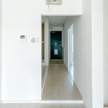 廊下に出て左にはその他の水回り、右にはもうひとつの洋室があります。