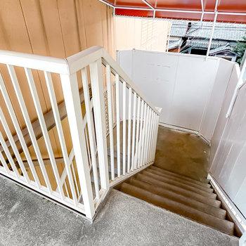 お部屋は3階、階段で上がっていきます。