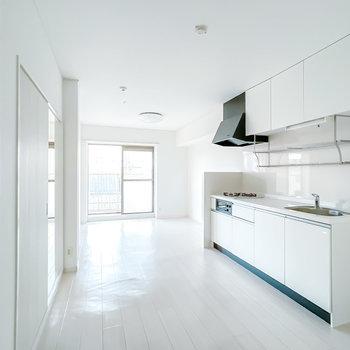 家具や雑貨、あるいは服でお部屋を彩って。真っ白なリノベーションのお部屋です。(※写真は通電前のもの)