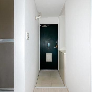 玄関は縦に広いです。靴箱は向かって右側に。(※フラッシュ撮影です)
