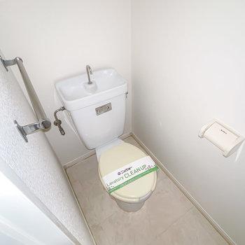 トイレも同じくシンプルな設備。(※フラッシュ撮影です)