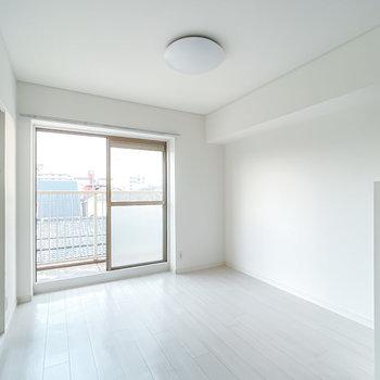 DKは9帖。真っ白な空間なので、家具や雑貨の色が映えます。