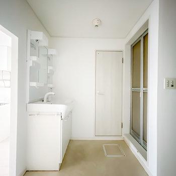 脱衣所はありませんが、ここをカーテンで仕切れば簡易的な脱衣スペースになりそうです。