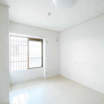 廊下側の洋室も6帖。寝室やワークスペースとして使えますね。