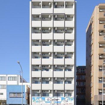 大通り沿いのスッキリとした見た目のマンションです。