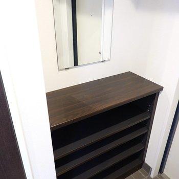 靴箱は1段に4足ほど入るオープンタイプ。鏡があるのでここで身だしなみチェックもできます。(※写真は2階の同間取り別部屋のものです)