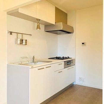 【キッチンイメージ】キッチン前の床は、水に濡れても丈夫なようにフロアタイル仕上げになります。