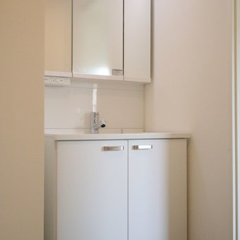 【洗面イメージ】収納力のある洗面台を新設。隣の洗濯パン上の棚も大活躍の予感!