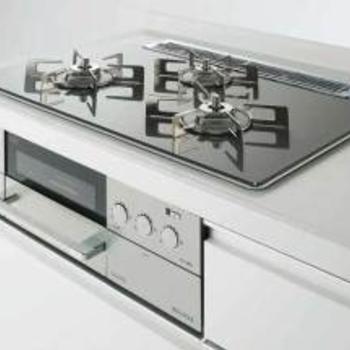 【キッチンイメージ②】また、コンロをガラストップコンロの豪華仕様に変更します