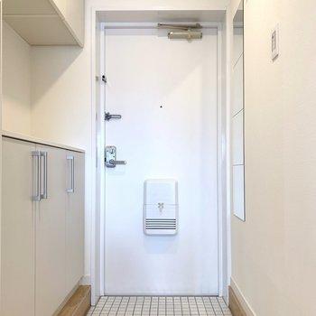 【玄関イメージ】玄関に来ました。大工さんが敷き詰めた白タイルの玄関。踏むのがもったいない…!