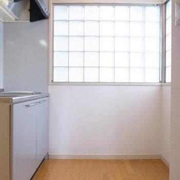 キッチンに入るとなかなかの広さ!ガラスブロックもすてき。