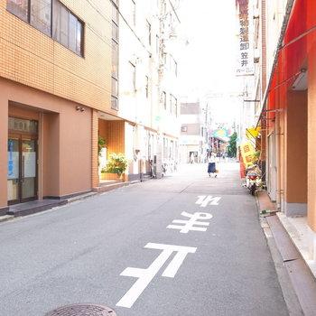 【周辺環境】マンションのすぐ前にある路地。大通りに出られます。そしてそこを渡ると「空堀商店街」♪