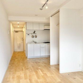 収納がキッチンとの空間を区切ってくれます。※写真は前回募集時のもの