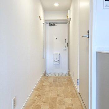 玄関からは廊下が続くので視線も気になりません。※写真は前回募集時のもの