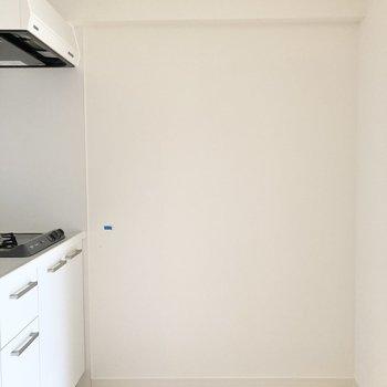 キッチン背面には冷蔵庫やラックを置くことができます。※写真は前回募集時のもの