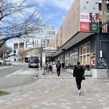 駅前には、コンビニやカフェ、ファーストフード店があります。