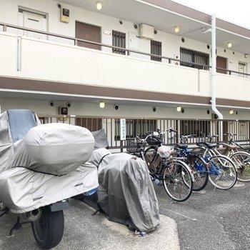 敷地内に駐輪場とバイク置き場があります。
