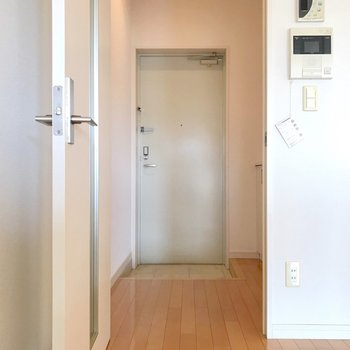 玄関まわりに水回りがぎゅぎゅっとまとまっています。(※写真は6階の反転間取り別部屋のものです)