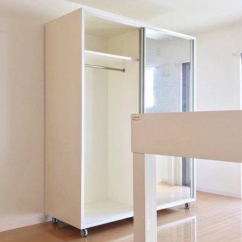 収納はキャスター付き。引き戸は鏡になっていてお部屋が広く見えます。(※写真は6階の反転間取り別部屋のものです)