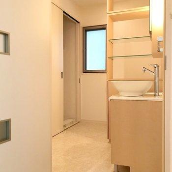 洗濯機置場は奥の扉の中。(※写真は6階の反転間取り別部屋のものです)
