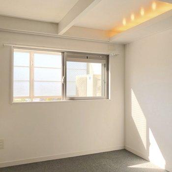 間接照明に南西からの日当たり。光に愛された空間です。(※写真は6階の反転間取り別部屋のものです)