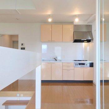 キッチン周りには余裕があるから、食器棚や家電を色々置きたいな。(※写真は6階の反転間取り別部屋のものです)