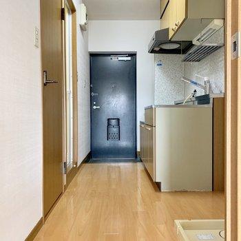 キッチン側は幅があってゆったりめ。(※写真は4階の同間取り別部屋のものです)