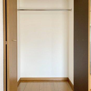 しっかり容量のクローゼットあります。ハンガーポールあり◎(※写真は4階の同間取り別部屋のものです)