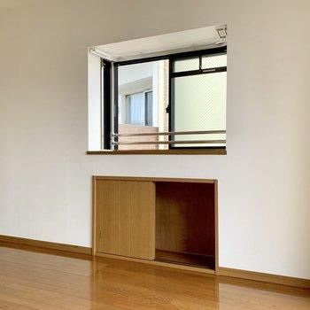 小窓の下にちょっとした収納。テレビのアンテナ端子付近だから役立ちそう。(※写真は4階の同間取り別部屋のものです)