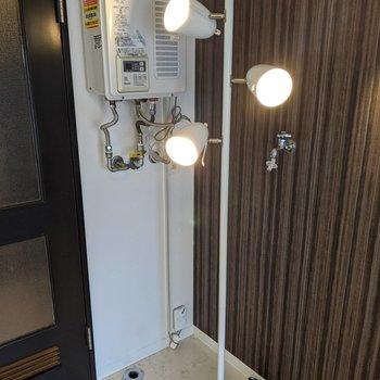 洗濯機置き場は洋室に入ってすぐ左の壁にあります。※家具はサンプルです。