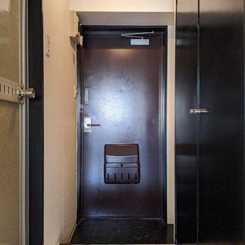 シックな雰囲気の玄関スペース。