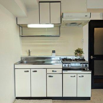 キッチン周りは収納がたくさんあります。※家具はサンプルです。
