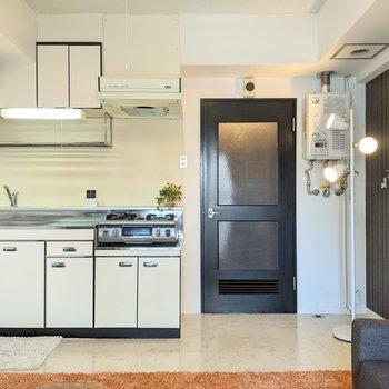 約8.5帖の広さです。おける家具は限られそうです。※家具はサンプルです。