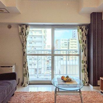 大きな窓は東向き。日中は明るく暮らせます。※家具はサンプルです。